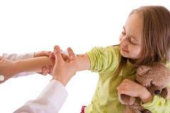 Petite fille obtenant un projectile d'injection-studio Photos libres de droits