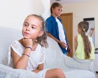 Petite fille offensée sur d'autres enfants Image libre de droits
