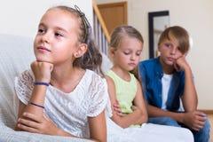 Petite fille offensée sur d'autres enfants Photos stock