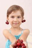 Petite fille offrant une poignée de cerises photos libres de droits