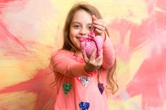 Petite fille ou enfant avec le coeur d'amour de jour de valentines Photos libres de droits