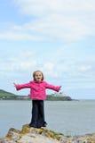 Petite fille par la mer Photo stock