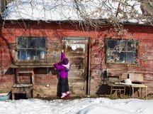 Petite fille par le vieux hangar Image libre de droits