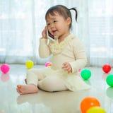 Petite fille parlant au téléphone portable Photographie stock libre de droits