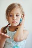 Petite fille parlant par le téléphone Photos libres de droits