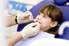 Petite fille pendant l'inspection de la cavité buccale images stock