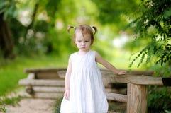 Petite fille pensive d'enfant en bas âge Photo libre de droits
