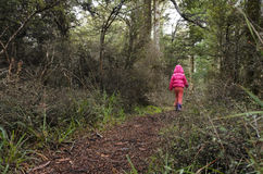 Petite fille perdue dans une forêt tropicale photo stock