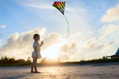 Petite fille pilotant un cerf-volant Photos libres de droits