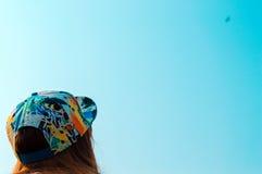 Petite fille pilotant un cerf-volant au ciel Photos stock