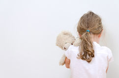 Petite fille pleurant dans le coin Photos libres de droits