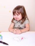 Petite fille pleurante avec des marqueurs Photographie stock libre de droits