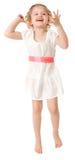 Petite fille portant une robe blanche sur le blanc Images stock