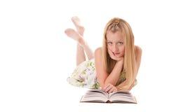 Petite fille posant avec le livre Image stock