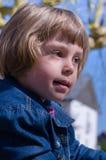 Petite fille posant dans la cour de jeu image stock