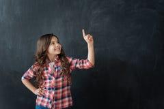 Petite fille positive exprimant la joie en studio photos stock