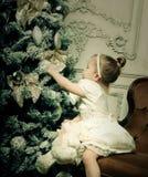 Petite fille près d'arbre de cristmass Image stock