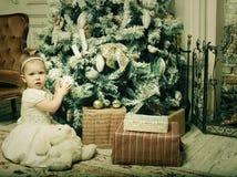 Petite fille près d'arbre de cristmass Photographie stock