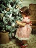 Petite fille près d'arbre de cristmass Images libres de droits