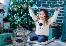 Petite fille près d'arbre et de cadeaux de Noël Photo stock