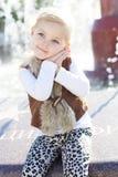 Petite fille près de fontaine, temps d'automne Images stock