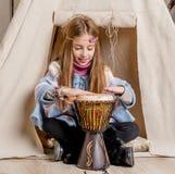 Petite fille près du tipi jouant l'Indien Images stock