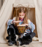 Petite fille près du tipi jouant l'Indien Photographie stock libre de droits