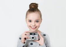 Petite fille prenant la photo Image libre de droits