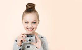 Petite fille prenant la photo Photographie stock