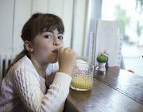 Petite fille prenant le petit déjeuner image libre de droits