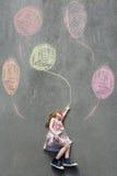 Petite fille rêveuse se trouvant sur le trottoir avec les ballons peints illustration stock