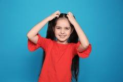 Petite fille rayant la tête photographie stock libre de droits