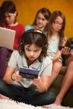 Petite fille rédigée dans le jeu Photo libre de droits