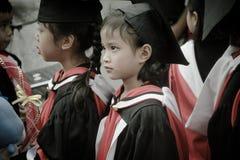Petite fille reçue un diplôme de l'école de jardin d'enfants Photo stock