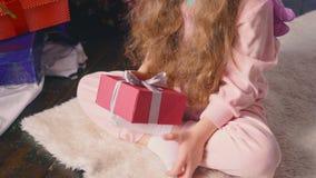 Petite fille recevant son cadeau de Noël banque de vidéos