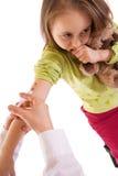 Petite fille recevant une injection photos libres de droits