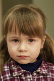 Petite fille regardant droit devant Photos stock