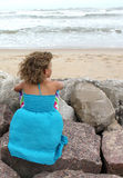 Petite fille regardant l'océan image stock