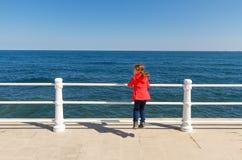 Petite fille regardant la mer Image libre de droits