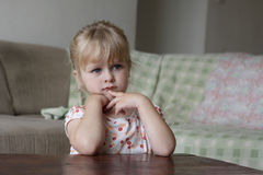 Petite fille regardant la TV Photo stock