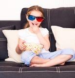Petite fille regardant la TV Photographie stock