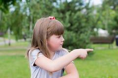 Petite fille regardant loin Image libre de droits