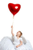 Petite fille retenant le ballon rouge Photo stock