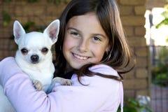 Petite fille retenant le chiwawa blanc Photos libres de droits