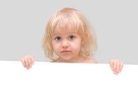 Petite fille retenant un drapeau blanc Photographie stock