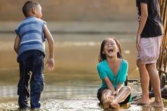 Petite fille riant hors de fort Photographie stock