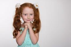 Petite fille rousse de fashionista Photographie stock libre de droits