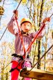 Petite fille s'élevant en parc d'aventure image libre de droits