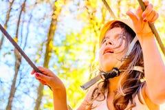Petite fille s'élevant en parc d'aventure images libres de droits