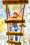 Petite fille s'élevant en parc d'aventure photographie stock